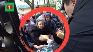 Казах раздает хлеб на улице БЕСПЛАТНО Реакция стариков Казахстан ! Алматы Астана Казахстан и Россия