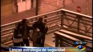 Ladrones atracando en  puente peatonal en Bogotá...