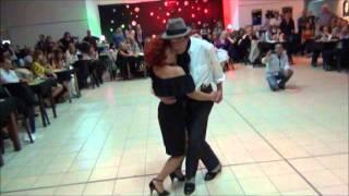 Rosita Quiroga y Osvaldo Casaretto bailando el tango EL APACHE ARGENTINO en la milonga SI TANGO