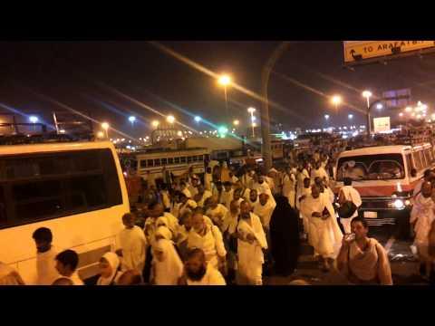 Pilgrims walking to muzdalifa 2013 1015