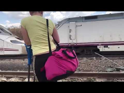 Evacuación de los pasajeros a pie del Alvia descarrilado en Zamora