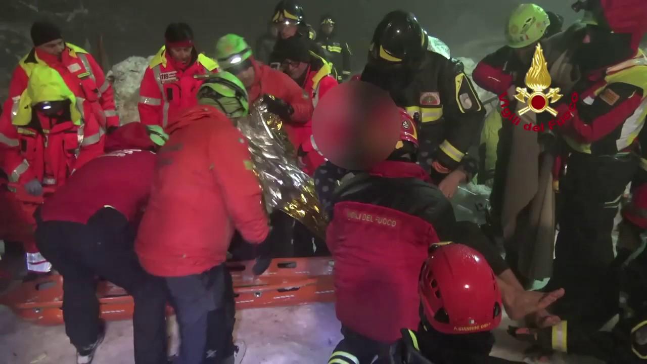 Abruzzi Farindola il recupero di 4 bimbi   e alcune persone dall' Hotel Rigopiano: video #2