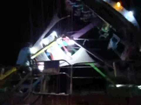 Accidente de juego mecánico en el barco,hombre sale volando pero se sujeta de barra de seguridad