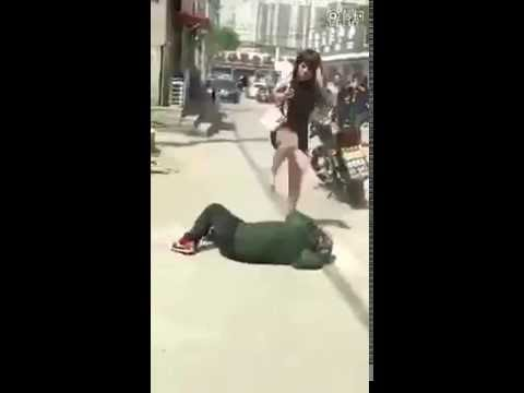 Девушка бьет парнишку видео, давно не держала член