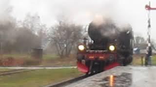 de 1040 stoomtrein komt door station Simpelveld