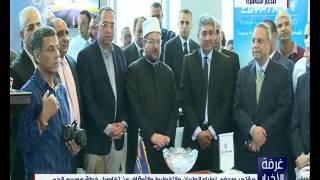 شاهد..وزير الطيران يقبل رأس أكبر الحجاج سنًا