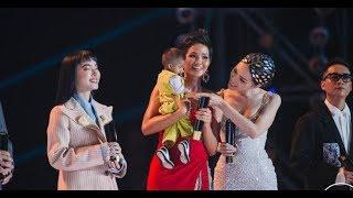 H'Hen Niê nắm tay Hương Giang cùng nhận giải thưởng Nhân Vật Truyền Cảm Hứng