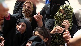 عوائل هاربة من بطش داعش بعد تحرير قضاء مخمور يروون معاناتهم