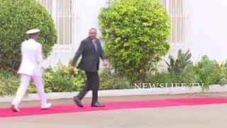DRAMA_AT_STATEHOUSE_AS_UHURU_AND_HIS_BODYGUARD_DANCE_TO_UNKNOWN_TUNE_AFTER_ADDRESING_THE_MEDIA,_LOOK