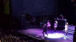 Maluma en concierto en Caracas, cantando la Temperatura