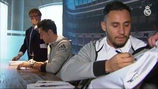 Keylor Navas and Álvaro Arbeloa sign autographs for Real Madrid fans in Granada!