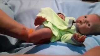 LUCU BANGET !! Mainan boneka bayi mirip manusia Melotot saat di pakein baju || Boneka Mirip Bayi