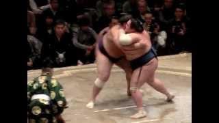 大相撲一月場所千秋楽。 最初の立ち合い部分が切れてしまいました。 共...