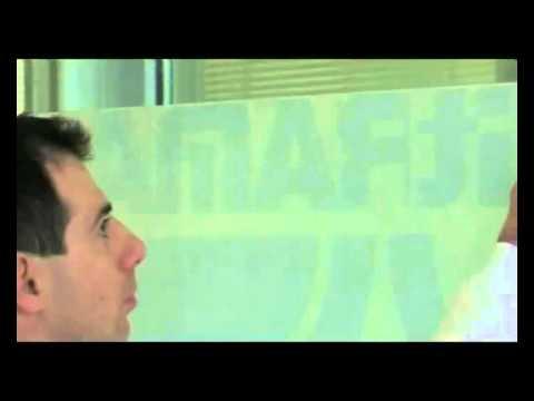 Как клеить наклейку на стекло