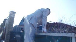 Выкуп невесты. Жених прыгает через забор.The bridegroom jumps over the fence