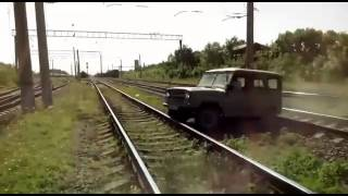 Уаз на  ж/д путях. Разлетелся на кусочки. Локомотив VS  УАЗа. Ненормативная лексика