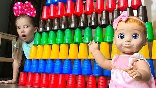 Маша хочет играть с игрушками.