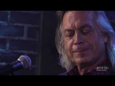 Jim Lauderdale performs