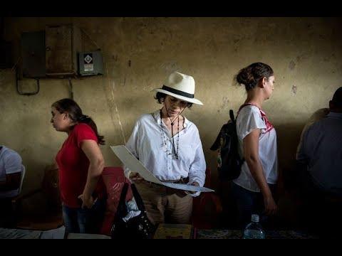 Bianca Jagger escucha los relatos de la represión que han vivido los campesinos