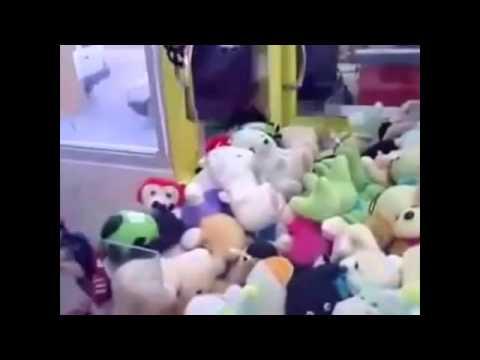 Как правильно достать игрушку из автомата   How to get a toy from a vending machine