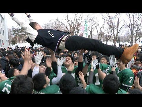 北大で合格発表 待望の春「あった!」(2016/03/07)北海道新聞