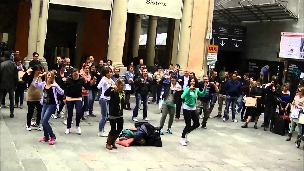Zumba Flash Mob Cinzia Puzzarini - Bologna - YouTube