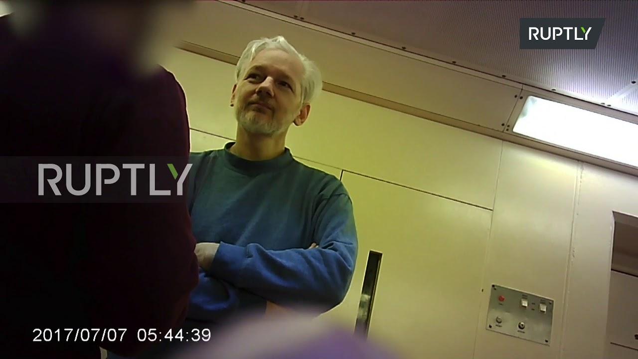 Осамна снимка од Џулијан Асанж во затвор