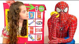SARAH BRINCA com MÁQUINA DE VENDAS GIGANTE para Super-Heróis