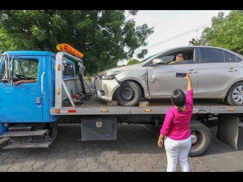 Policía de Tránsito traslada a la abogada Yonarqui Martínez y su vehículo al depósito de Managua