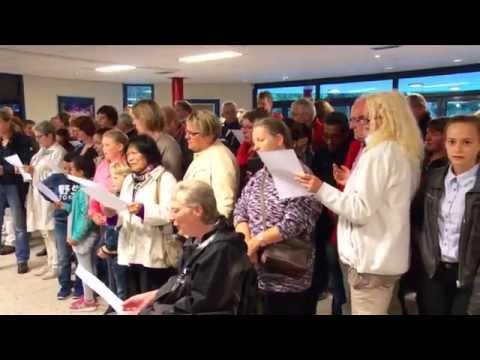 Apeldoorners zingen voor AZC Americahal (03-09-2015)