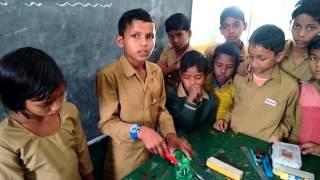 बच्चों की पाठशाला-प्लास्टिक बोतल से फूल बनाना।