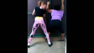 white girl vs black girl twerk who wins