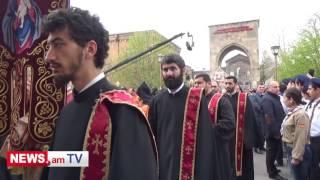 Սերժ Սարգսյանը կնոջ, Բակո Սահակյանի և կաթողիկոսի հետ մտնում են Մայր Տաճար