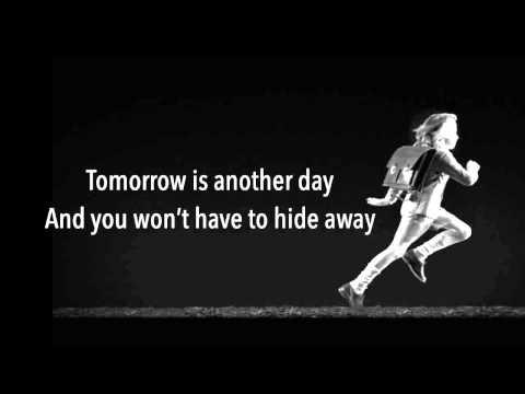 Run boy run - Woodkid lyrics
