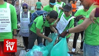 Solidarity March: Volunteers and rally goers help to clean up streets