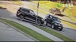 Кадры расстрела гражданина Латвии в Риге Киллеры ехали на машине с российскими номерами