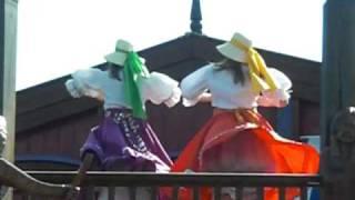 Dans op het dak bij parade attractiepark Slagharen