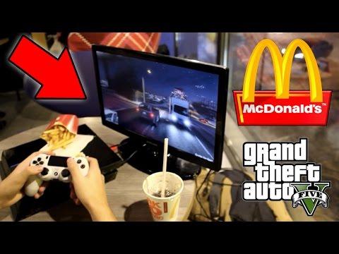 ИГРАЮ В GTA 5 НА PS4 В МАКДОНАЛДСЕ (Вызвали Полицию!)