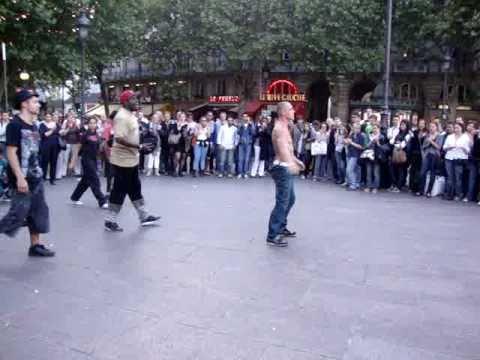 Break dancers in Place St. Michel (París) ... =D