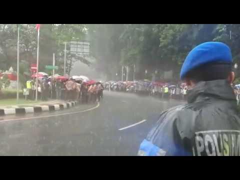 Demi Sambut Raja Salman di Istana Bogor, Warga Tak Pedulikan Hujan Deras