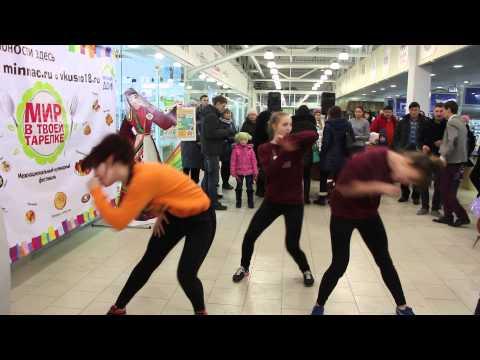 Танцы в торговом центре