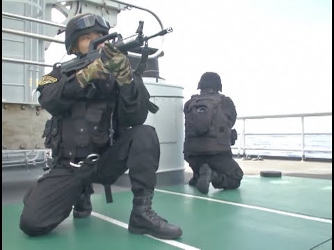 Chinese Navy Conducts At sea Rescue on Indian Ocean