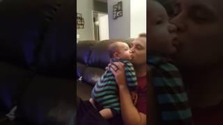 「イヤでちゅ〜!」パパからのキスを露骨に嫌がる赤ちゃん