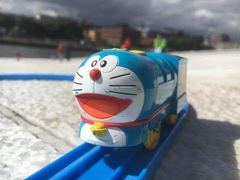Plarail Doraemon train visita en Oslo Opera House Bjørvika Oslo Norway 02494 es