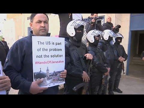 بالفيديو: فلسطينيون يرشقون بالبيض وفدا أمريكيا يزور رام الله  - نشر قبل 9 ساعة