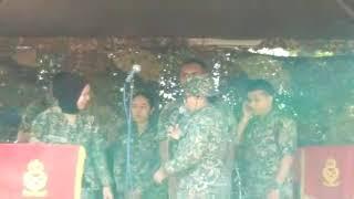 Askar wanita nyanyi lagu ella..