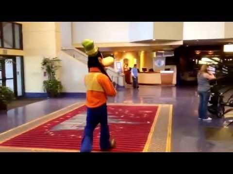 Goofy Wanders Halls Of Disneyland Hotel Resort 2015 Goofy 39 S Kitchen Character Meet Greet Youtube