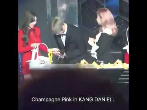 TWICE Nayeon and Jihyo give the MC's some candy @KBS GAYO 2017