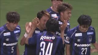 ペナルティエリア内でパスを受けた倉田 秋(G大阪)が強烈なシュートで...