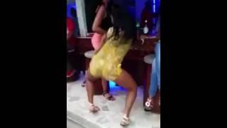 Mujer Bailando dembow - MIRA LO QUE LE HACE EL NOVIO